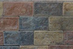 Sottotetto frontale del fondo dei mattoni multicolori di struttura della parete di pietra fotografie stock libere da diritti