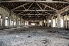Sottotetto industriale vuoto in un fondo architettonico con le pareti nude del cemento fotografie stock