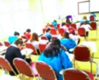 Sottragga gli studenti vaghi che fanno l'esame nella stanza di studio Fotografia Stock Libera da Diritti