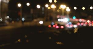 Sottragga i cerchi vaghi, scena defocused dell'autostrada senza pedaggio di notte, buona come fondo stock footage