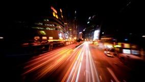 Sottragga il video vago del traffico cittadino di notte attraverso la via Lasso di tempo Hon Kong stock footage