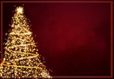 Sottragga l'albero di Natale dorato su priorità bassa rossa Immagini Stock Libere da Diritti
