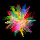 Sottragga l'esplosione colorata della polvere isolata su fondo nero immagine stock