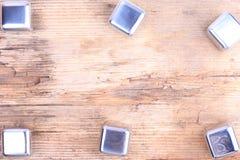 sottragga la priorità bassa Cubi d'argento d'acciaio su vecchia superficie di legno Immagine Stock