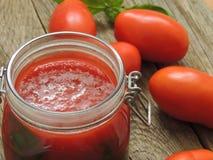 Souce fait maison de tomate avec le basilic dans un pot en verre photographie stock