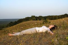 Soucis de femme avec du yoga sur le crépuscule du day.4. Photographie stock libre de droits