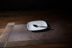 Soucoupe et cuillère sur la table images stock