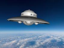 Soucoupe volante en UFO au-dessus de la terre Image stock