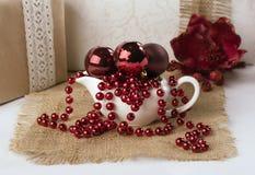 Soucoupes avec des boules et des perles de Noël Images libres de droits