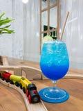 Soude bleue d'Hawaï dans la tasse en verre, Mocktail Photos libres de droits