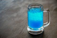 Soude bleue de chaux sur un fond en bois de table Photographie stock libre de droits