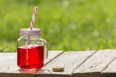 Soude douce mélangée dans un pot en verre Images stock