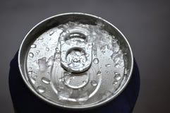 Soude en aluminium, canette de bière avec des baisses de l'eau Images libres de droits