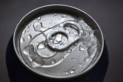 Soude en aluminium, canette de bière avec des baisses de l'eau Photo stock