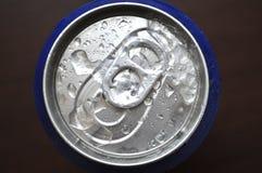 Soude en aluminium, canette de bière avec des baisses de l'eau Photo libre de droits