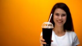 Soude heureuse de régime d'apparence de fille à la caméra, boisson faible en calories, mode de vie sain photo stock