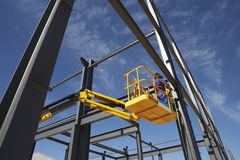 Soudeur Working From Cherry Picker Images stock
