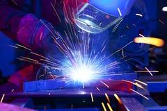 Soudeuse érigeant l'acier technique Photos libres de droits