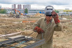 Soudeuse au chantier de construction photographie stock