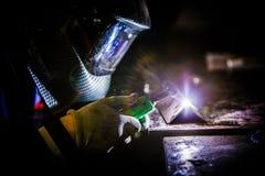 Soudeuse au travail dans des surrondings industriels Images libres de droits