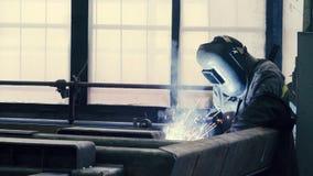 Soudeuse au travail dans la métallurgie Image stock
