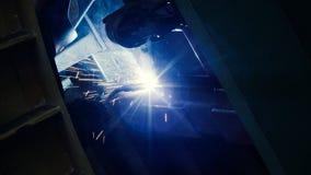 Soudeuse au travail dans la métallurgie Images libres de droits