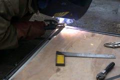 Soudeuse de la soudure en métal avec des étincelles en soudure en acier d'industrie photographie stock