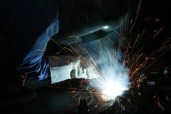 Soudeuse fonctionnant avec le métal   Photographie stock libre de droits