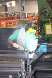Soudeuse fonctionnant dans une installation commerciale de fabrication Image libre de droits