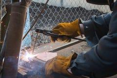 Soudeuse fonctionnant un métal de soudure Photo libre de droits