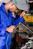 Soudeuse industrielle au travail Photographie stock libre de droits