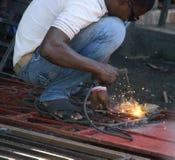 Soudeuse sur des rues de chapeau Haitien, Haïti Photo stock