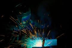 Soudeuse sur la production du métal de soudage photos stock