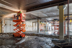 Soudeuses sur l'ascenseur de ciseaux au chantier de construction Images libres de droits
