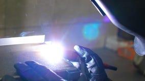 Soudure d'argon Travailleur industriel dans le masque protecteur sur la fabrication de production banque de vidéos