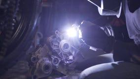 Soudure de l'aluminium dans le garage de moto repear clips vidéos