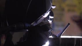 Soudure de l'aluminium dans le garage de moto repear banque de vidéos