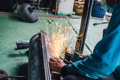 Soudure de main négligente d'utilisation de travailleur sans gants de sécurité images libres de droits