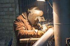 soudure de Manuel-arc des canalisations de processus pour un raffinerie de pétrole photographie stock