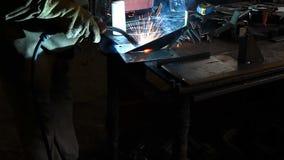 Soudure de travailleur dans une usine Soudure sur un ensemble industriel banque de vidéos