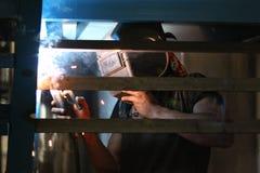 Soudure de travailleur industriel photos stock