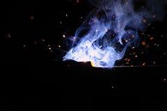 Soudure en métal avec les étincelles et la fumée Image stock