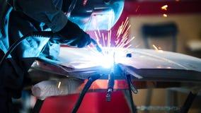 Soudure industrielle : travailleur dans le détail de réparation de casque dans le service de voiture image stock