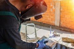 Soudures de soudeuse sur le chantier Photographie stock