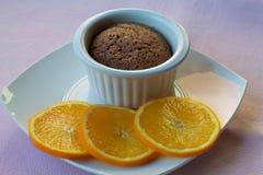 Soufflé Chololate с кусками апельсина как украшение Стоковые Изображения