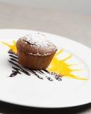 Soufflé del cioccolato con il sole dietro su uno zabaione e uno zucchero Fotografia Stock Libera da Diritti