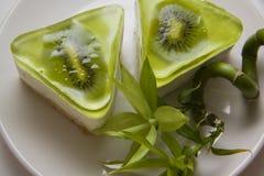 Soufflé bisquits met kiwi stock fotografie
