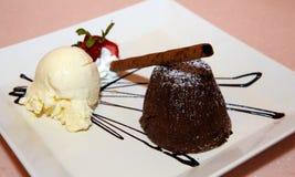Soufflé de chocolat avec la glace de vanille Photos libres de droits