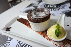 Soufflé de chocolat chaud avec de la glace à la vanille Photographie stock