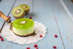 Soufflé de dessert avec le kiwi sur un fond bleu en bois Image stock